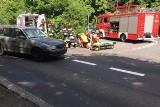 Poznań: Wypadek na Lutyckiej. Motocyklista wjechał w auto. Jedna osoba poszkodowana [ZDJĘCIA]