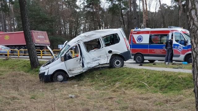 Wypadek w Strzelcach Opolskich na DK 94. Citroen zderzył się z ciężarówką. Ranny pasażer jest zarażony koronawirusem