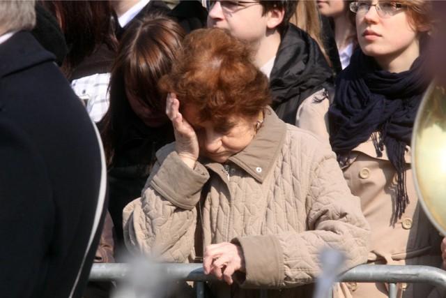 Obchody 70-lecia zbrodni katyńskiej i żałoba po katastrofie smoleńskiej na placu przed kościołem pw. NMP Królowej Polski przy ul. Świętojańskiej