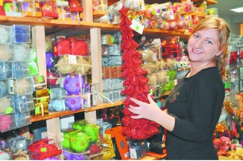 – W naszym sklepie mamy szeroki wybór ozdób świątecznych w promocyjnych cenach – mówi Paulina Daniłowicz ze sklepu Grosik. – To też świetny prezent.