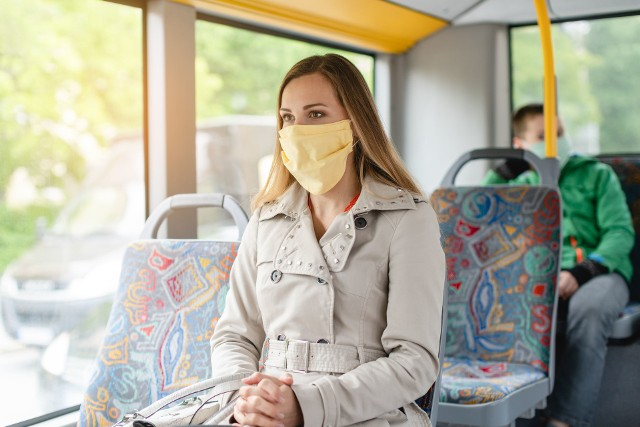 Podróżując autobusem, należy zakrywać twarz za pomocą maseczki ochronnej lub części odzieży.