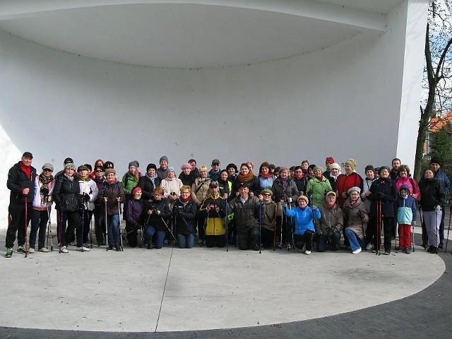 Uczestnicy pierwszego rajdu nordic walking.