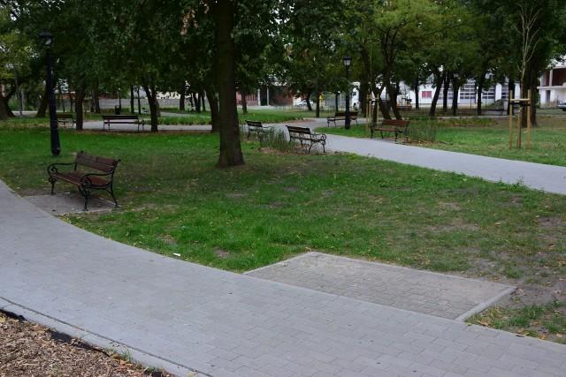 W odnowionym parku w Mątwach wandale urządzają alkoholowe imprezy. Rozbijają butelki i śmiecą. Ktoś ukradł stąd dwie nowe ławki.