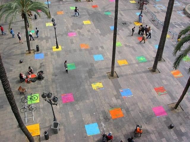 """""""Ingerencja artystyczna"""" Leona Tarasewicza na Plaza Real w centrum Barcelony w 2002 roku. Artysta zapełnił wówczas kamienne płyty placu mozaiką jaskrawych kwadratów."""