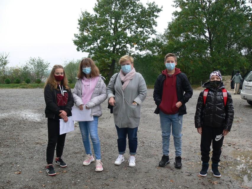 Reprezentacja Szkoły Podstawowej w Śmiechowicach w gminie Samborzec przed wyjściem w teren.
