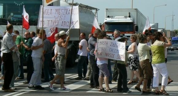 W piątek zdesperowani mieszkańcy Trzesieki i Świątek zablokowali drogę krajową nr 11. Teraz chcą odciąć Szczecinek od świata.