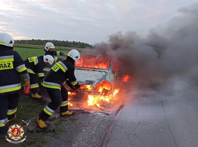 Straż pożarna w Przemyślu otrzymała zgłoszenie o pożarze samochodu na drodze między Maćkowicami a Wacławicami w gm. Żurawica. Wyjechali strażacy z OSP Maćkowice i PSP Przemyśl. Po dojeździe na miejsce ratownicy zastali mercedesa objętego w całości płomieniami. Nie było osób poszkodowanych, a samochód prowadzony przez mieszkańca Przemyśla zapalił siępodczas jazdy.Zobacz też: W nocy w garażu w Przemyślu spłonął osobowy peugeot [ZDJĘCIA INTERNAUTY]