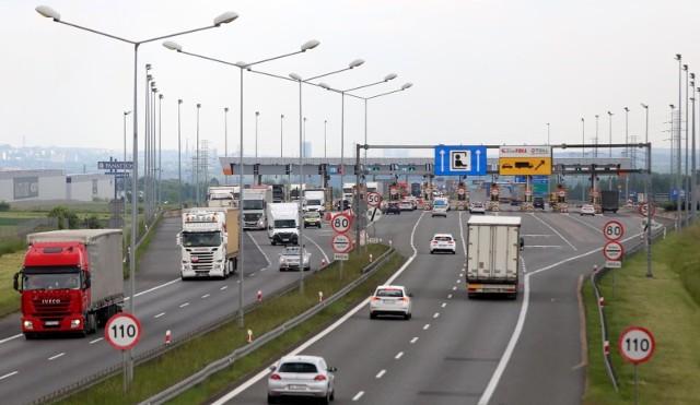 Kierowcy na autostradzie A2 na odcinku Konin-Stryków mogą korzystać ze specjalnie dedykowanych pasów posiadając aplikację e-TOLL. Z tego pasa mogą także skorzystać pozostali kierowcy pod pewnymi warunkami.