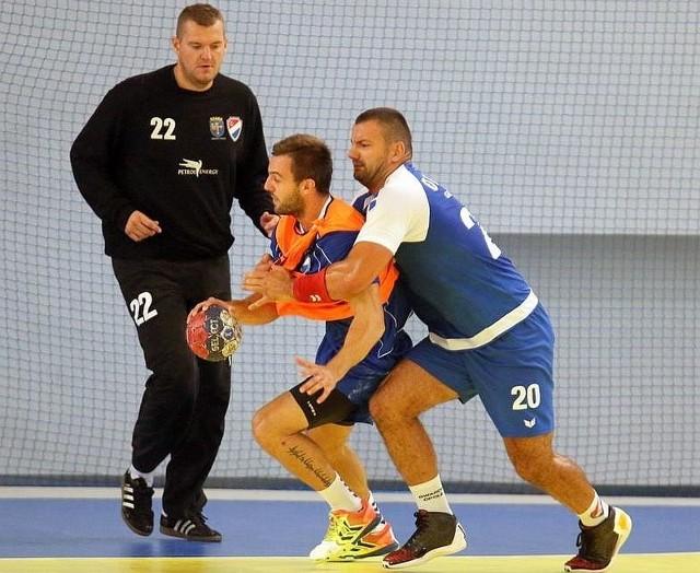 Rok Simic (z piłką) walczy z Michałem Drejem.