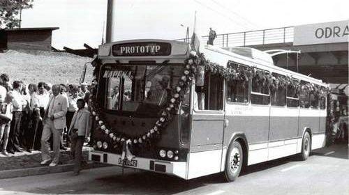 20 lipca 1985 roku. Trolejbusy niedługo pojadą w swój pierwszy kurs. Na czele kawalkady prototyp - polski trajtek zbudowany w Kapenie na bazie Jelcza PR110E.