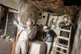 Uczniowie bydgoskiej budowlanki włączyli się w remont domu niepełnosprawnej mieszkanki Wyżyn