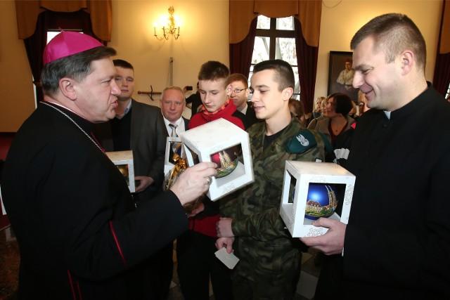 Ksiądz Kacper Radzki (z prawej) na świątecznym spotkaniu u arcybiskupa