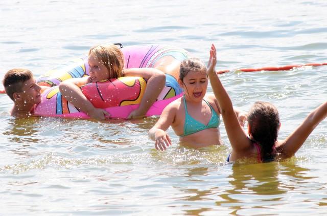 Gdy pogoda sprzyja, najlepiej wskoczyć do wody. Oby tylko bawić się w niej bezpiecznie!