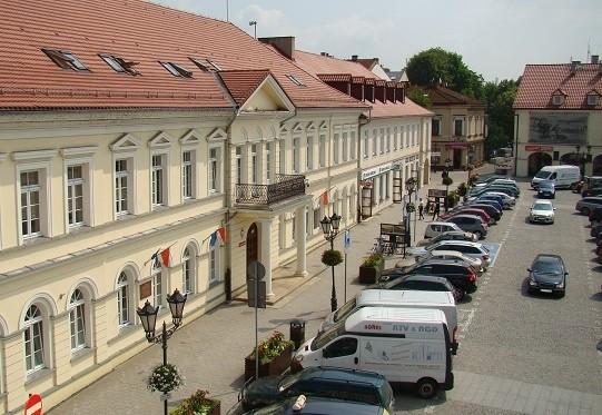 Na obszarze części Starego Miasta w Oświęcimiu, w tym Rynku Głównego obowiązuje strefa zamieszkania, ale zdaniem wielu mieszkańców jest to fikcja, bo kierowcy w większości nie przestrzegają przepisów, jakie z tego wynikają