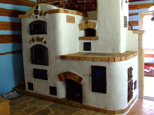 """Piec rakietowy malowany farbą do glinyPiec rakietowy to ekologiczny sposób na ogrzanie domu. """"Rakietowiec"""" jest rodzajem pieca z paleniskiem połączonym z pionową komorą spalania (tzw. podnośnikiem ciepła)."""