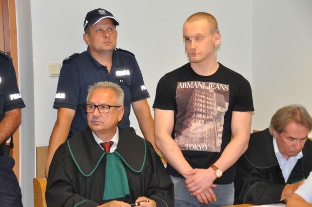 Proces Kewina K. (drugi z prawej), oskarżonego o spowodowanie wypadku w Wierzbicy rozpoczął się w czwartek przed szydłowieckim sądem. Mężczyzna twierdzi, że nic z tego zdarzenia nie pamięta.