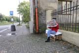 Kolejna społeczna ławka z palet w Łodzi. Gdzie UMŁ, ZDiT, ZIM i MPK nie dają rady łodzianie sami stawiają ławki.