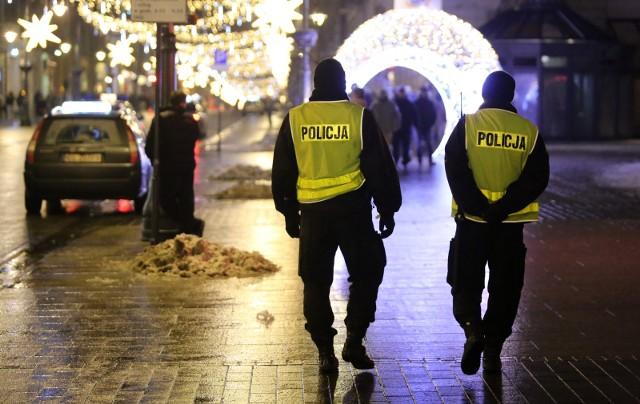 Dwaj policjanci mają zostać wyrzuceni ze służby po tym, jak wykryto, że niejednokrotnie spali podczas swojej nocnej zmiany. Sprawę skierowano też do prokuratury