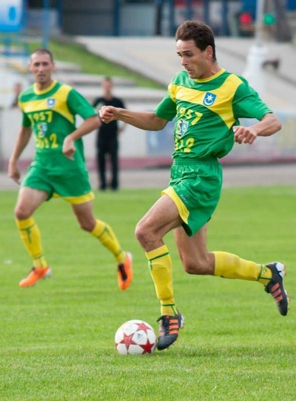 Siarka Tarnobrzeg liczy na kolejne zwycięstwo. Z piłką Tomasz Wolan.