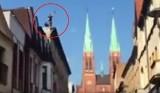 Szaleniec rzucał cegłami z dachu kamienicy na deptak przy rynku w Rybniku WIDEO + ZDJĘCIA