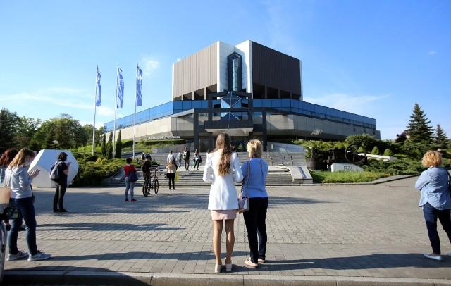 Biblioteka Śląska ponownie otwarta. Czytelnicy czekali w kolejce.Zobacz kolejne zdjęcia. Przesuwaj zdjęcia w prawo - naciśnij strzałkę lub przycisk NASTĘPNE