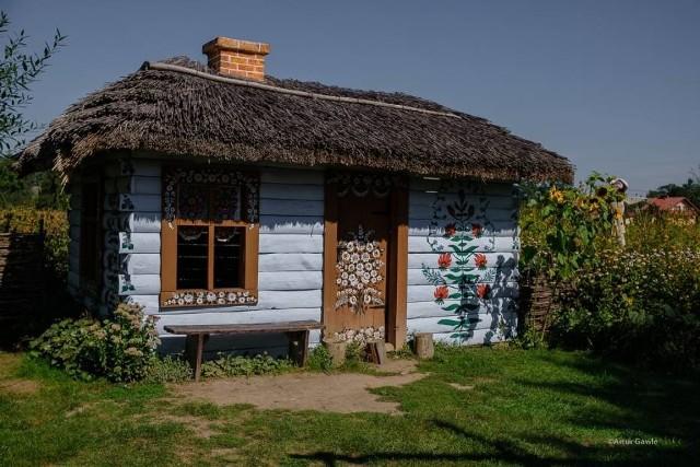 Turyści chętnie odwiedzają Zalipie i podziwiają pięknie pomalowane budynki i ich otoczenie