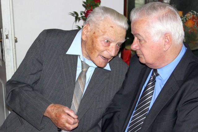Stuletni Jan Bis podczas spotkania z burmistrzem Niska Julianem Ozimkiem