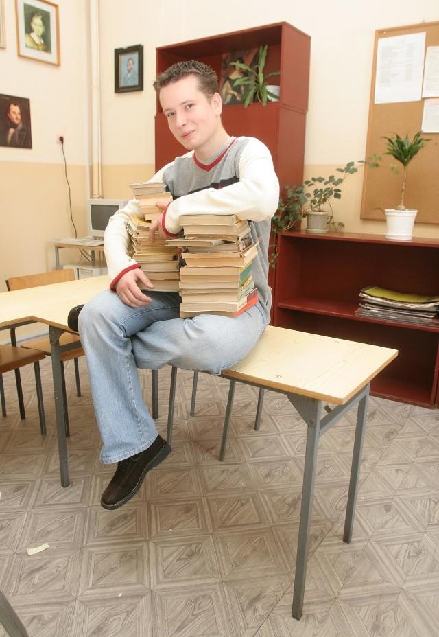 Oskar Hasiński, maturzysta z IX Liceum Ogólnokształcącego ze Szczecina miesięcznie wydaje na korepetycje 200 zł. - Raz w tygodniu chodzę na dodatkowe zajęcia z języka polskiego - przyznaje Oskar. - Materiał powtarzam sam, ale potrzebuję pomocy przy pisaniu wypracowań. Dlatego chodzę na korepetycje.
