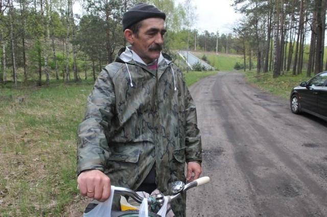- Między Toporowem i Kłodnicą powiat powinien położyć asfalt - uważa Adam Markowski. - Powstają tu domy letników. Ruch turystyczny byłby o niebo większy, gdyby była porządna droga.