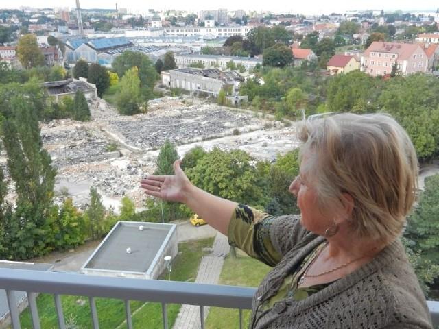 Janina Drzewucka z własnego balkonu pokazuje nam pobojowisko po Hali Ludowej