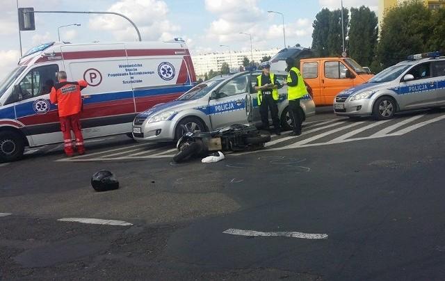 Na skrzyżowaniu ul. 26. Kwietnia i Santockiej doszło do zderzenia bmw i skutera, którym jechała kobieta z 13-letnim chłopcem. Oboje są ranni.