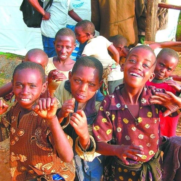 Sto osiem dni życia na zupełnie innej planecie. To przytrafiło się Konradowi. Białostocki wolontariusz wrócił właśnie z rwandyjskiego raju.