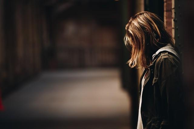 Nauczyciel z jednej z podstawówek w Zielonej Górze miał utrzymywać kontakty seksualne z 14-letnią uczennicą. Wcześniej miał kupować jej biżuterię, perfumy, cukierki... Grozi mu do 12 lat więzienia.