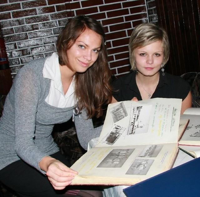 Podczas jubileuszowej fety uczennice Sandra Mierzejewska i Weronika Polska z zaciekawieniem wertowały szkolne kroniki.