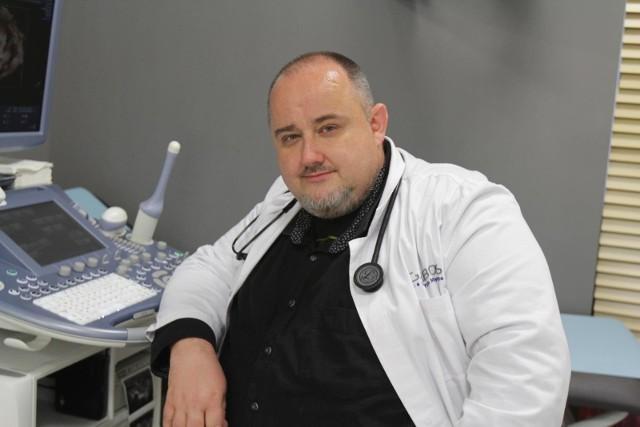 Dr Maciej Jędrzejko pokazał, jak w domu wykonać test na koronawirusa