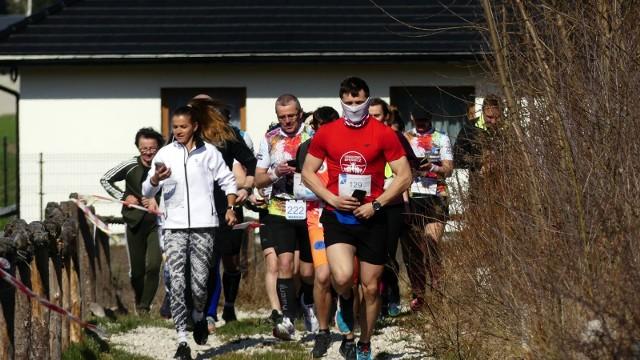 """W miniony weekend niespełna 1000 osób rywalizowało w biegu z aplikacja """"Biegam z czystą przyjemnością"""" w 9 miejscowościach w Polsce. W powiecie kieleckim w gminie Daleszyce w niedzielny poranek dystans dziesięciu kilometrów pokonało najwięcej biegaczy. W tym dniu rezerwat Cisowsko- Orłowiński wypełnił się ludźmi pragnącymi aktywnie spędzić czas. Mimo wymagającej trasy zawodnicy oczarowani byli widokami. Historyczna ścieżka, którą przemierzali biegacze urozmaicała każdy przemierzony krok. Trener Adrian Kozub kontrolował przebieg trasy, natomiast koordynatorka biegu Wioleta Jonczyk opiekowała się uczestnikami. Po biegu zawodnicy mogli skorzystać z pobliskiej świetlicy, przy której paliło się ognisko i była aromatyczna herbata. Organizatorem biegu jest Fundacja Biegam Bo Lubię.Zachęcamy do obejrzenia galerii zdjęć z biegu, których autorem jest Bartłomiej Kozłowski.Szczegóły na kolejnych slajdach."""