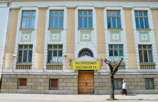 Na budynku byłego banku, gdzie swoją siedzibę ma mieć Muzeum Okręgowe, nadal wisi informacja, że jest wystawiony na sprzedaż