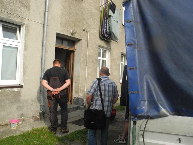 Mieszkanie opuszczone dziś przez lokatorkę jest zaniedbane. Nadaje się do remontu.