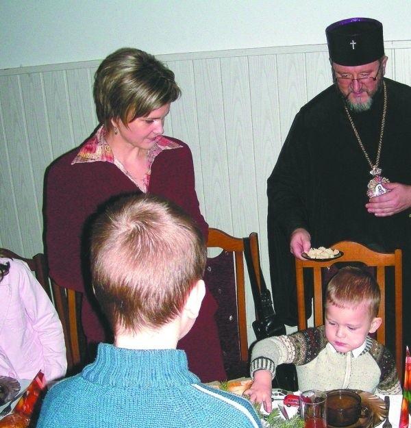 Podczas wieczerzy wigilijnej prosforą dzielił się z uczestnikami  abp Miron