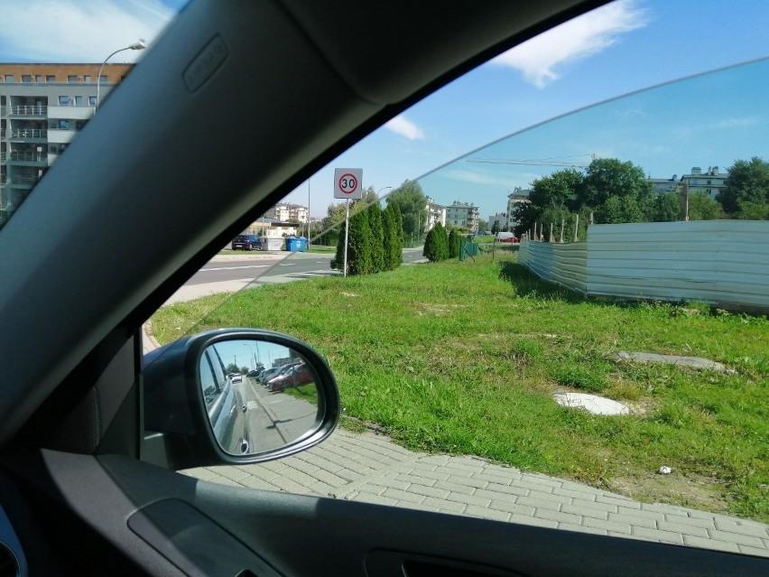Kierowcy zwracają uwagę, że tuje rosnące przy krzyżówce ograniczają widoczność.