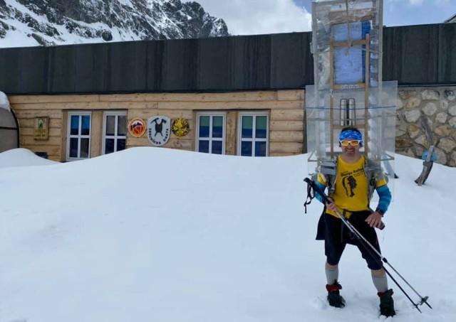 W Tatrach, na szlaku prowadzącym w kierunku Doliny Staroleśnej, pojawił się mężczyzna z... dużą kuchenną lodówką na plecach. Za nim podążał nosicz ze zmywarką. Wszystko to działo się w części słowackiej Tatr. Dla osób odwiedzających dość rzadko ten górski rejon taki widok musiał być sporym zaskoczeniem!Schronisko Zbójnicka Chata w Dolinie Staroleśniej w słowackich Tatrach opublikowało na swoim profilu na Facebooku relację z przygotowania do letniego sezonu. Pomagało w nich dziewięciu nosiczy, czyli tzw. tatrzańskich tragarzy. Ich zadaniem jest dostarczenie potrzebnego sprzętu do schronisk położonych w trudnodostępnych miejscach w słowackich Tatrach, do których nie dojedzie żaden pojazd mechaniczny.W tym wypadku nosicze musieli dostarczyć m.in. lodówkę, zmywarkę oraz innego rodzaju sprzęt AGD do miejsca położonego na wysokości 1960 m n.p.m. Trudno wyobrazić sobie, jak dużą sprawnością i dobrą kondycją muszą cieszyć się osoby, które wykonują ten zawód. Dzięki nim turyści przez cały sezon mogą zamawiać ciepłe posiłki i zimne napoje.