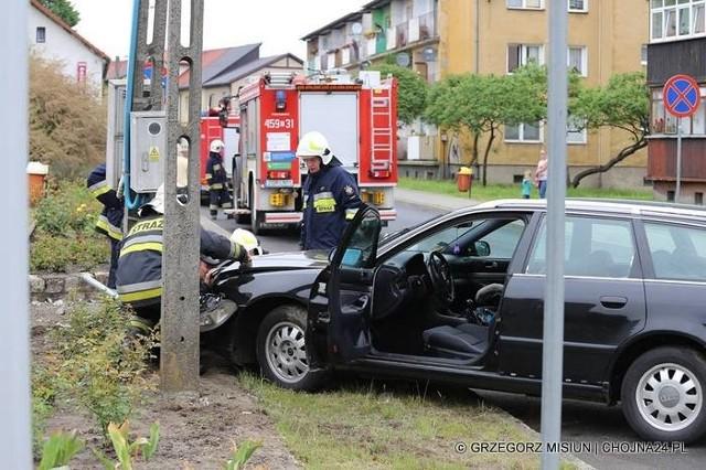 W Chojnie samochód audi wpadł w poślizg i uderzył w słup energetyczny. Do zdarzenia doszło na ulicy Jagiełły w Chojnie. jak podał portal Chojna24.pl na miejscu pojawiły się dwa zastępy straży pożarnej oraz policja. Kierowca pojazdu odniósł niegroźne obrażenia ręki.