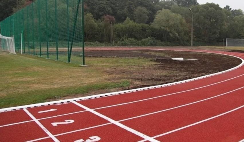 W Bobowej powstał stadion z tartanową bierznia. W Lipinkach mogą o takiej jedynie pomarzyć