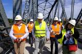 Toruń: Zwiedzanie remontowanego mostu. Prezydent Michał Zaleski doglądał dziś prac na przeprawie [zdjęcia]