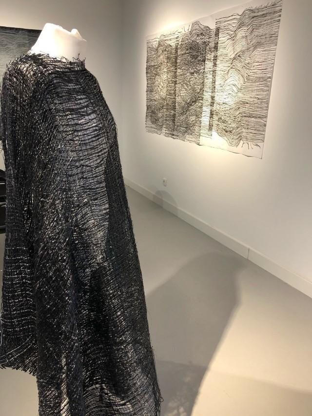 Suknia dyplomowa powstała w pracowni Projektowania Tkaniny, autorem jest Sebastian Połtawski.