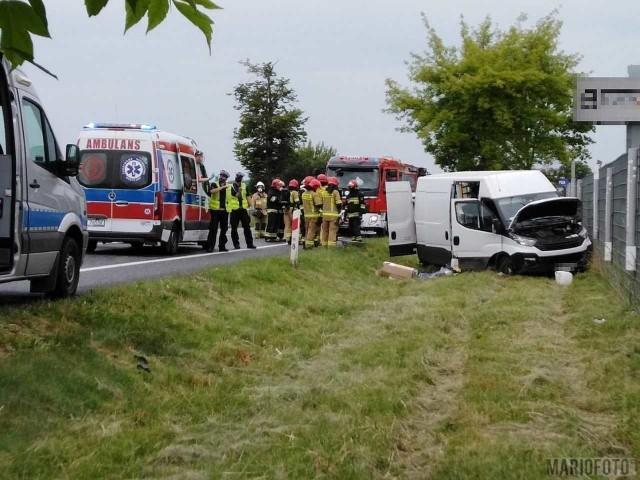 W Dąbrowie pod Opolem dostawcze iveco, zjechało jezdni i wpadło do rowu.