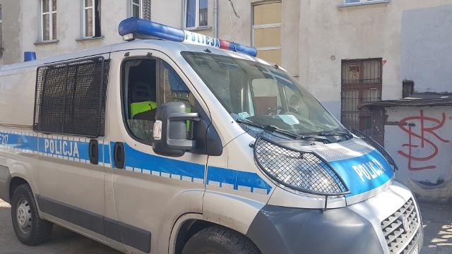 Martwy mężczyzna znaleziony w centrum miasta. Tajemnicza śmierć 22-latka na Więckowskiego w Łodzi. Czy to ofiara dopalaczy?