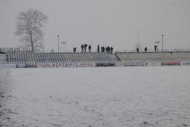 Stadion Wigier w Suwałkach pokrył śnieg