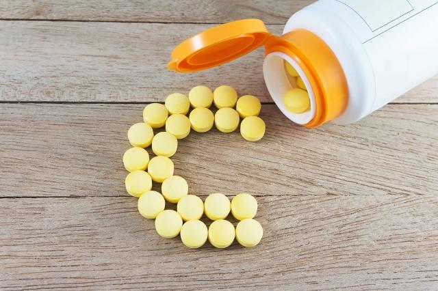 Witamina C w postaci tabletek jest łatwa do przedawkowania, co praktycznie nie zdarza się w przypadku spożywania tego związku z owoców i warzyw.