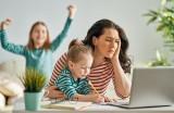 Matki łączą swoje siły w internecie. Jak instamatki radzą sobie w pandemii? Aktywność w sieci pozwala im uporać się z samotnością